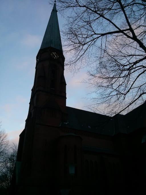 Kirche vor dem Haus