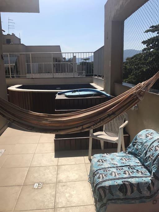 Terraço privativo, com piscina, ducha e churrasqueira. Sem vizinhos, indevassável.