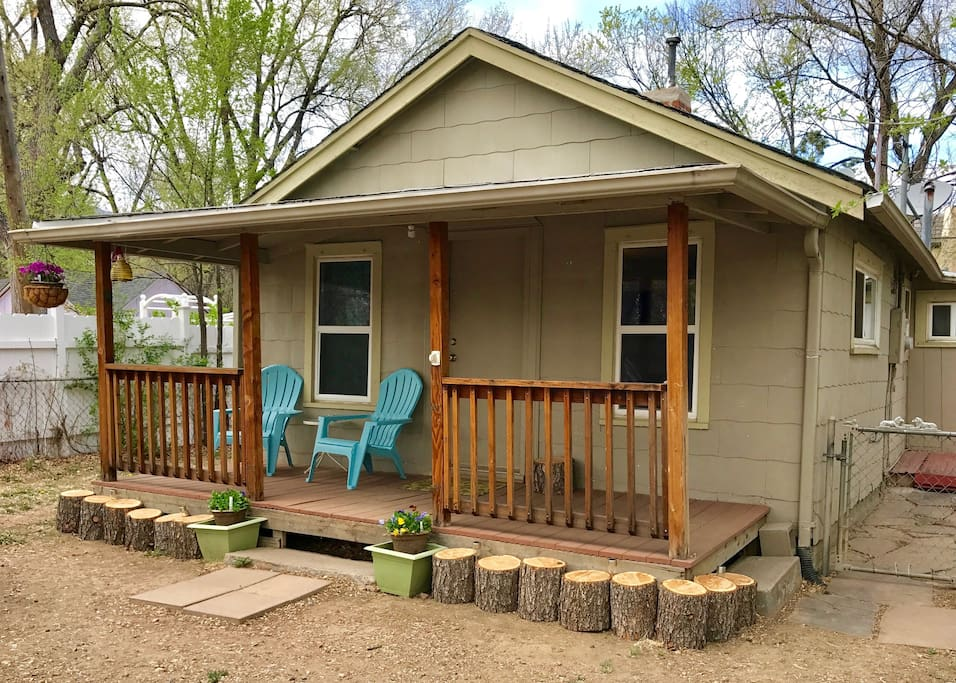 Perfect little cabin and great front porch for hanging out.