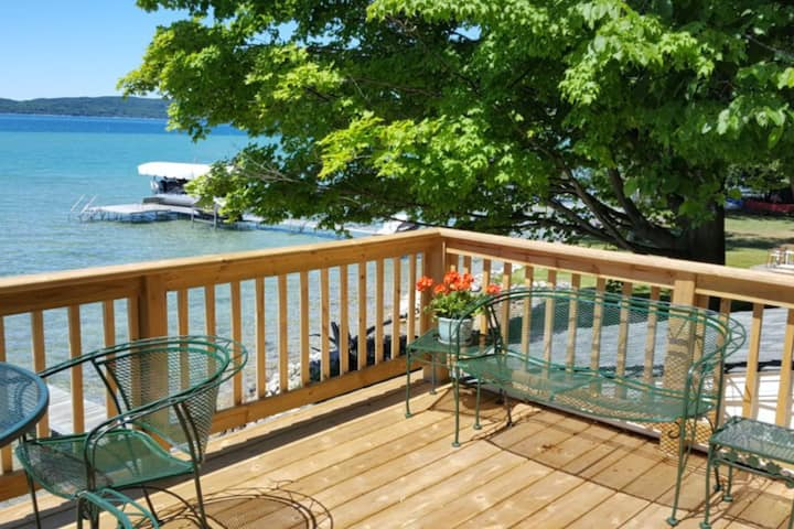 Friendly lakeside home w/ full kitchen and WiFi - close to golf and lakes!