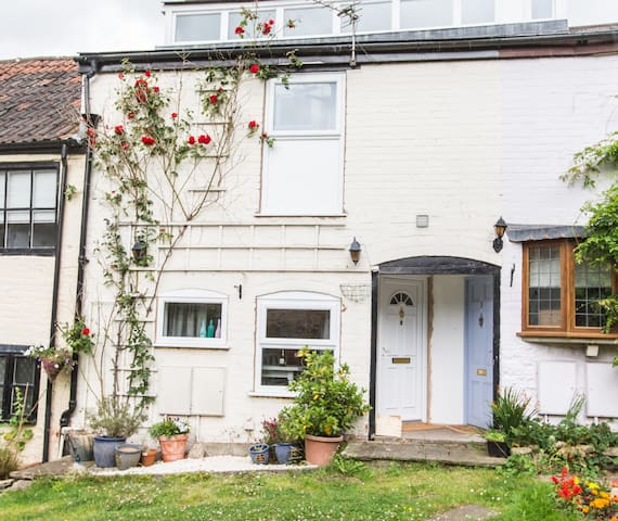 A unique and quirky cottage - Dursley - Leilighet