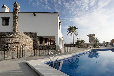 Grande villa avec piscine & balcon