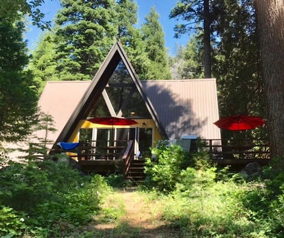 Retro-chic cabin south of Tahoe!