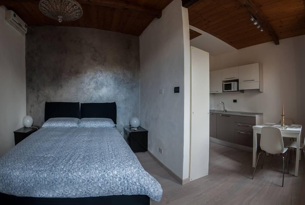 Camera da letto 2 su soggiorno-cucina appartamento Melograno