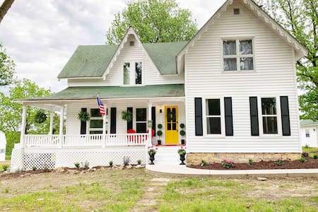 The Holmes House~BEAUTIFUL Ozark Farmhouse Getaway
