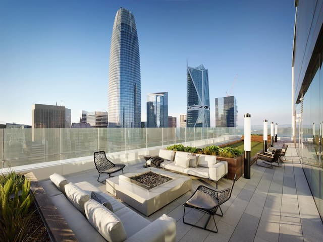 Beautiful high-rise with the best rooftop in FiDi