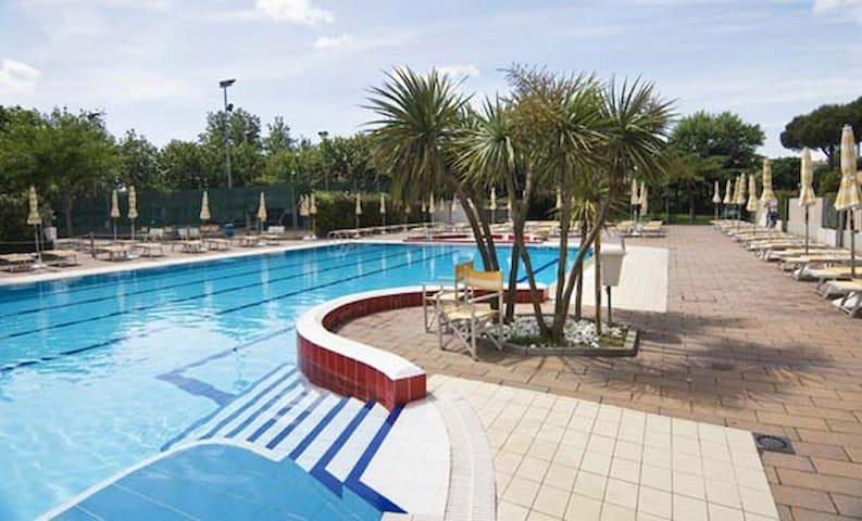 Bilocale sul mare con piscina - Misano Adriatico - Lejlighed