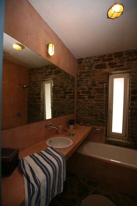 Bathroom ensuite w/ master bedroom
