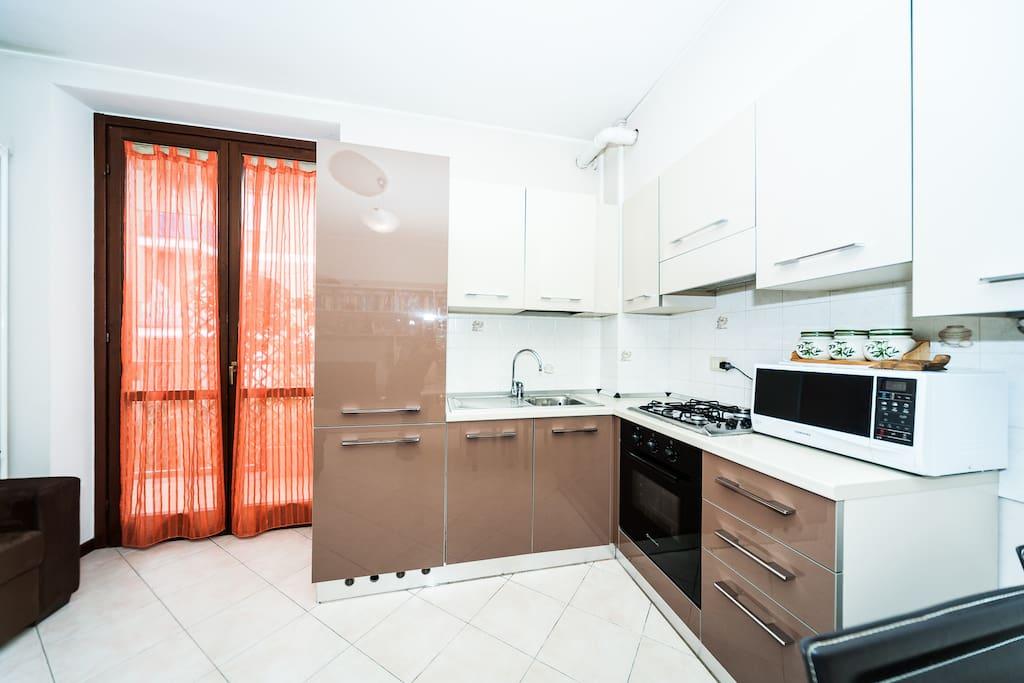 Cucina completa di frigorifero, forno, lavastoviglie e microonde
