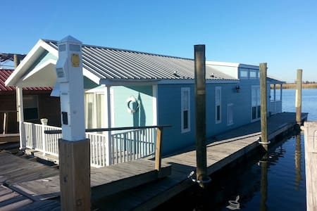 Floating Upscale Condo on River - Apalachicola - Bot