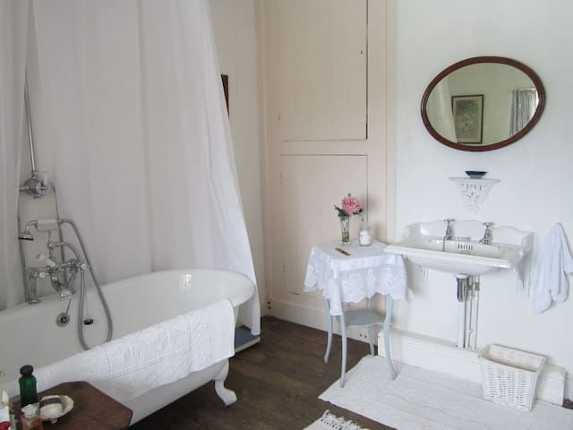 The bathroom Thomas Crapper is famous for quality and cast iron baths .