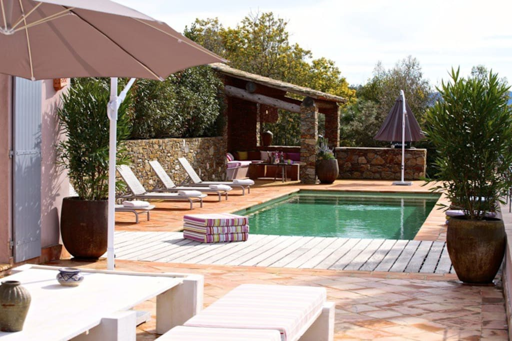 piscine chauffee . pool house terrasse