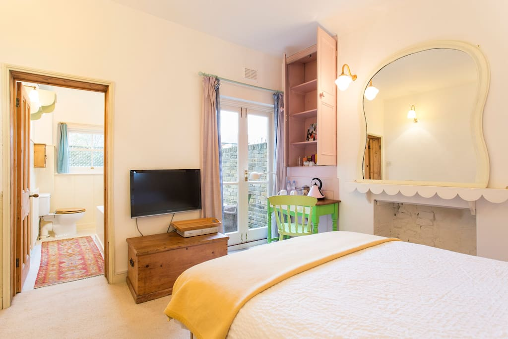 Double bed, en suit bathroom, and French doors to your own private little patio. What more could you want :)