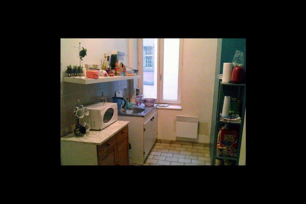 La Cuisine, avec frigo, four, plancha et micro-ondes. De quoi se faire des petites collations :).