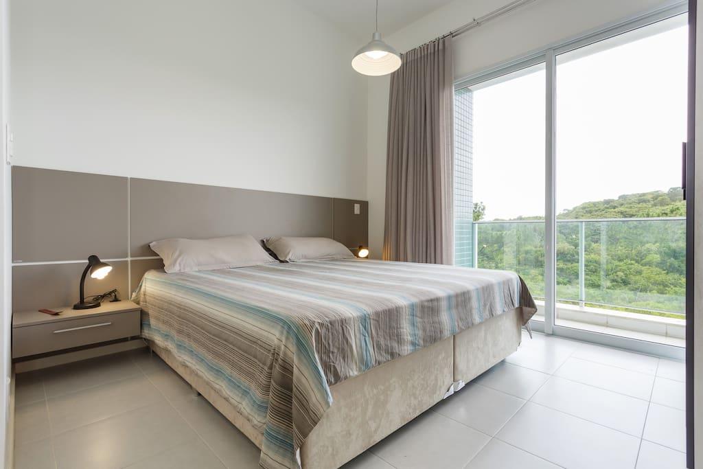 Cama King size com roupa de cama e banho (baú na cama)