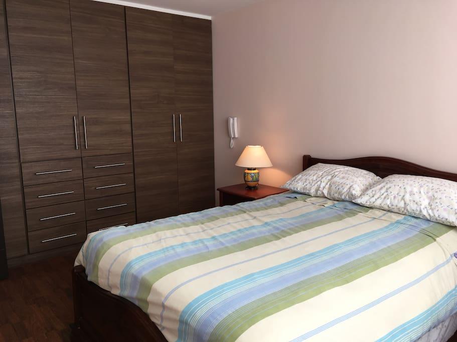 Dormitorio con buena iluminación natural, cama de 2 plazas