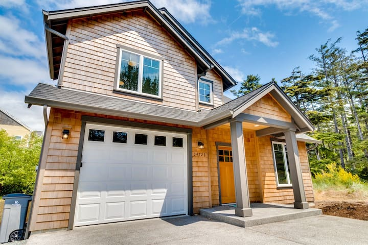 Family-friendly house w/ fireplace, entertainment & nearby beach access!