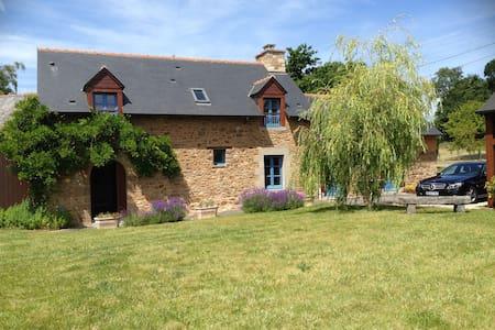 Fully restored stone farmhose - Dingé