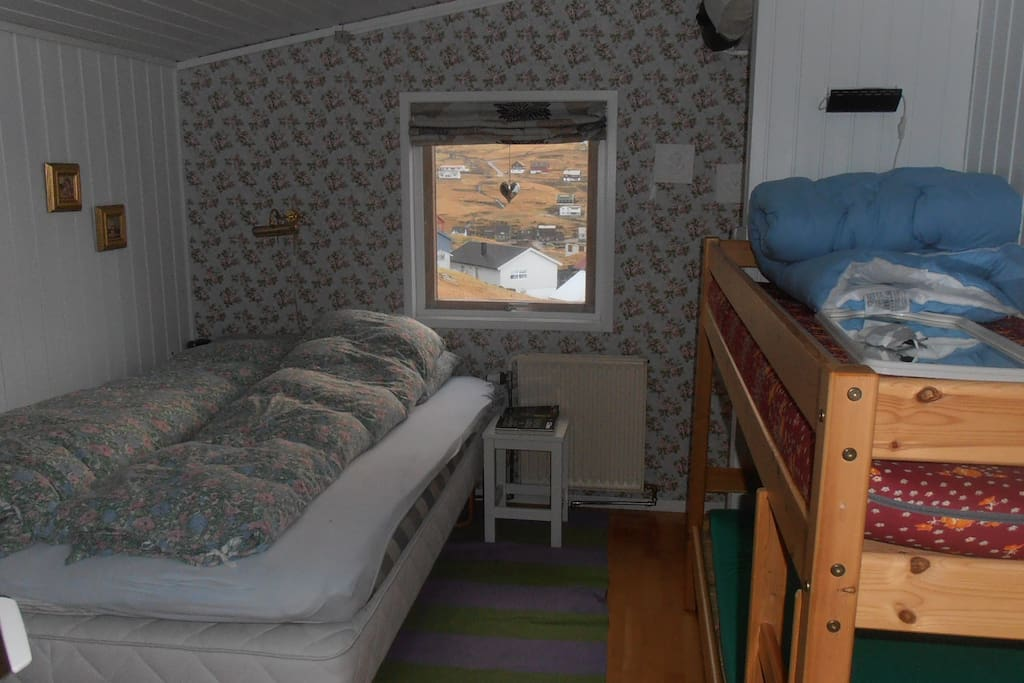 1 bedroom with 1 double and a bunkbed