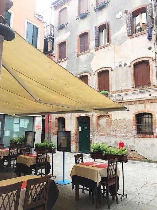 Vista dell appartamento con i tavolini del buonissimo ristorante sotto casa