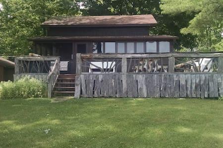 Tom's Lakeside Cottage