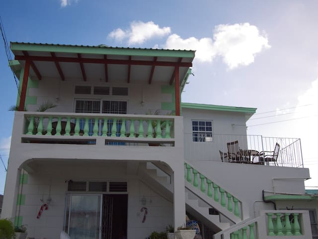 Great 2Bdrm Apt in popular area, very near beach - Bridgetown - House