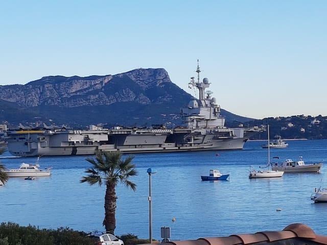 Vous pourriez aussi croiser et/ou apercevoir le porte-avions Charles de Gaulle !