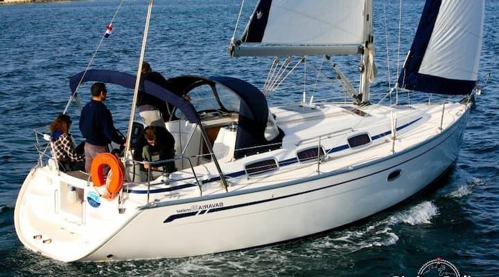Private sailing cruiser