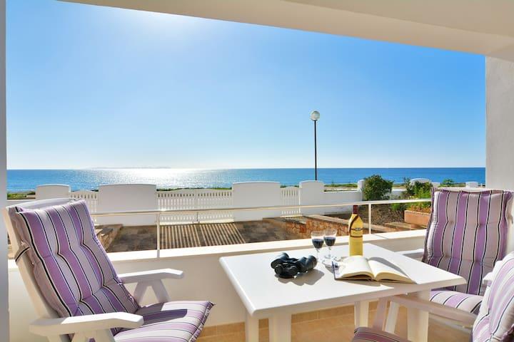 Luxueuse villa au bord de la mer.