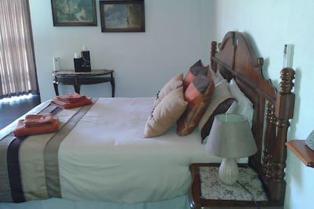 Spacious room with en suit - Amanzimtoti