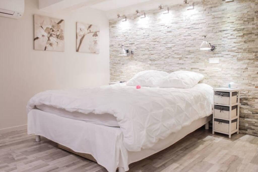 marseillecity chambre deluxe avec petit d jeuner chambres d 39 h tes louer marseille. Black Bedroom Furniture Sets. Home Design Ideas
