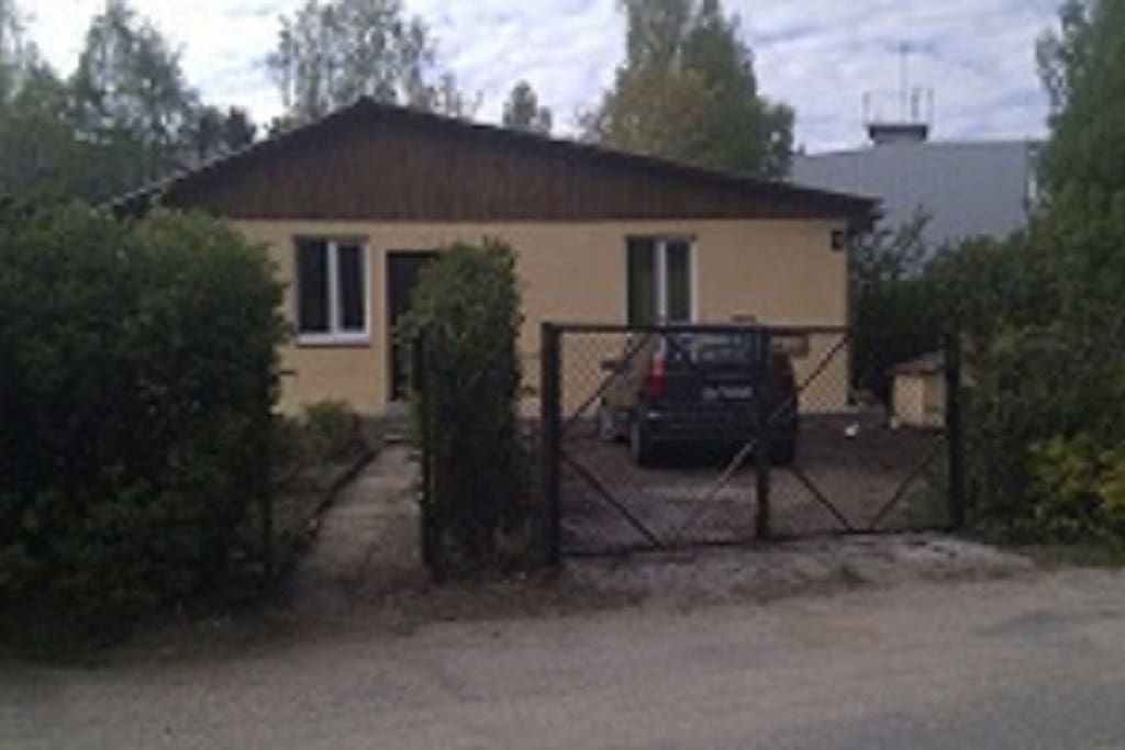 Дом, вид с дороги, справа окна Вашей комнаты(всего 3 окна) место для стоянки машины (всего вмещаются 2 машины)
