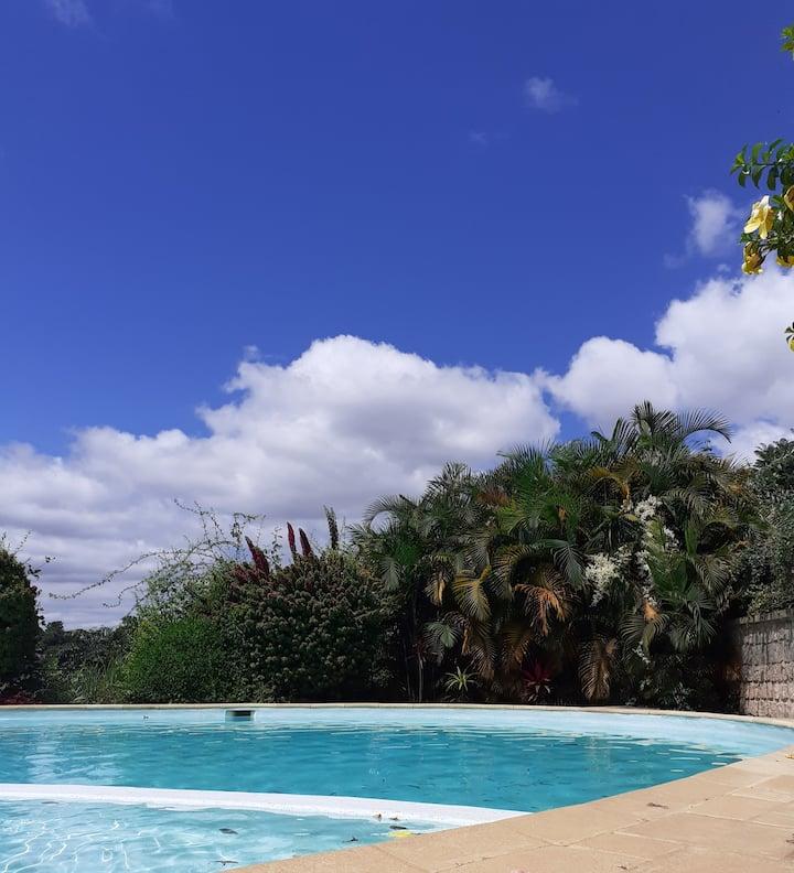 Calme, plein centre, appart avec vue et piscine