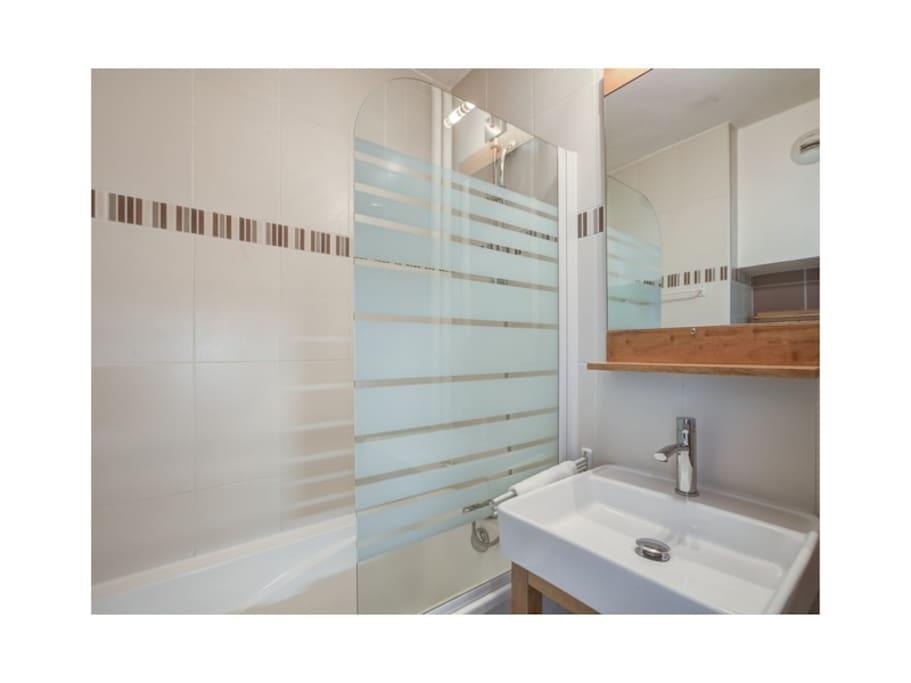 Salle de bain avec baignoire refaite entièrement. Linge de toilette fourni