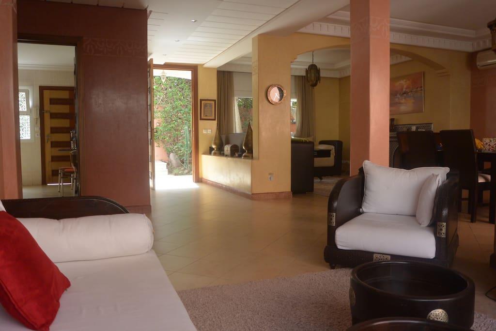 helles und großes Wohnbereich mit TV, Kamin und Klimaanlage.