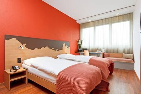Modernes Zimmer mit eigenem Bad - House