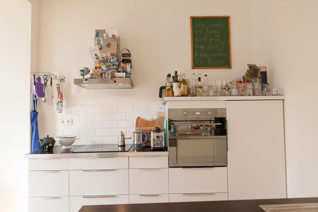 Die offene Wohnküche komplett eingerichtet