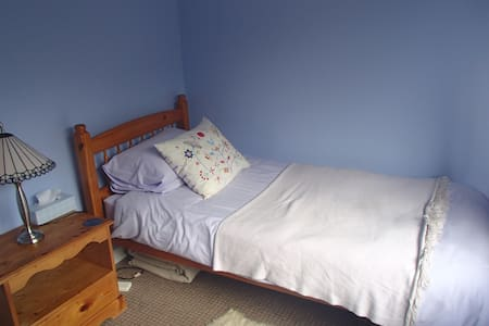 small sunny room with single bed - Ashburton