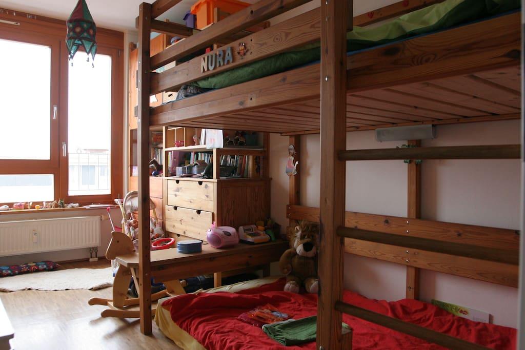 Das helle Zimmer mit den beiden Betten