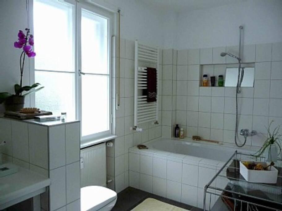 Großes Bad mit geräumiger Badewanne