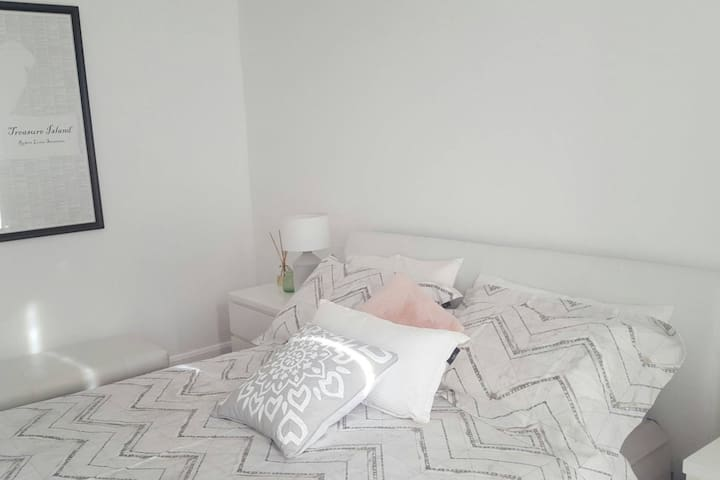 Entire Townhouse  & WIFI near LGH and Cafes