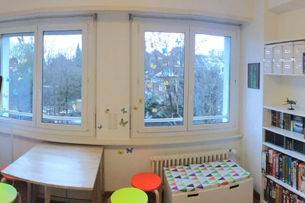 2 grandes vitres offrent une belle luminosité. Pas de vis-à-vis.