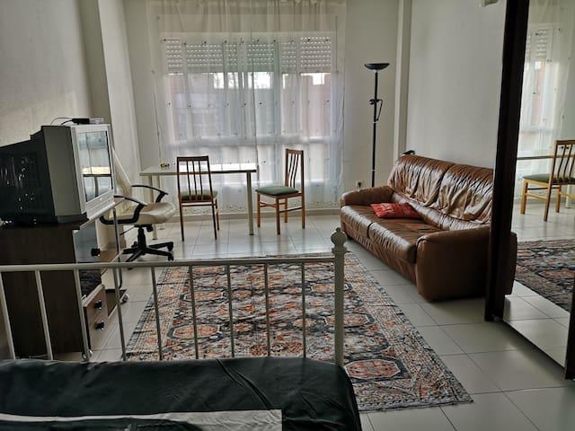 Habitación grande bonita y confortable