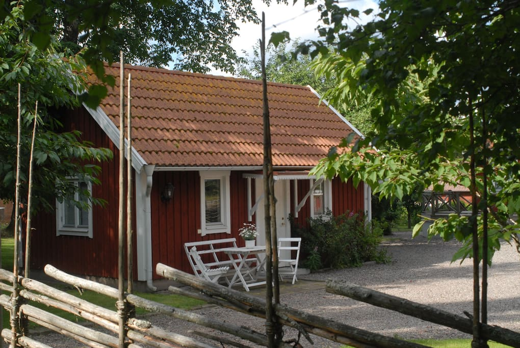 Sleep in a red cabin or in the farm-worker´s cottage. The nice bathroom, with your own entrance, is next door in the main buildning.