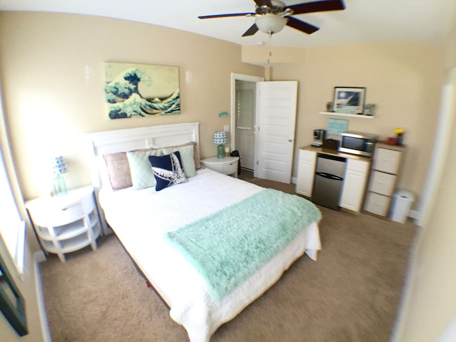 Beautiful coastal bedroom suite!! Queen bed, kitchenette, walking closet, full bathroom. T.V. With a DVD player ( no cable) surf videos available in the room. Wifi is available for iPhone or iPad for streaming Hulu or Netflix.