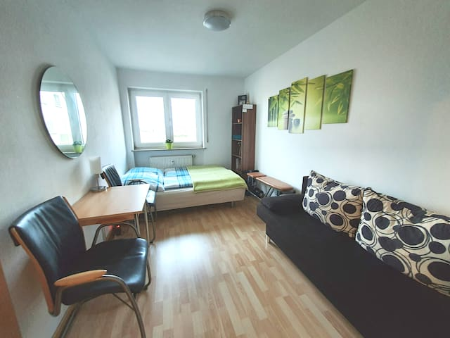 Cosy, clean, quiet room near train station & Feki
