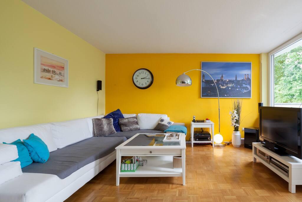 großzügiges Wohnzimmer mit Südausrichtung
