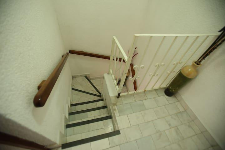 Escaleras para subir a la planta alta donde se encuentran las recamaras Stairs to go up to second level of the casita and their 3 bedrooms