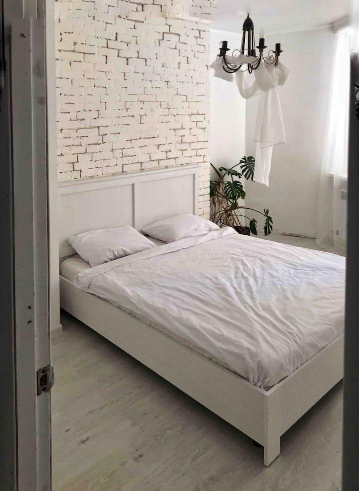 Квартира с белыми стенами возле парка и Аркадии