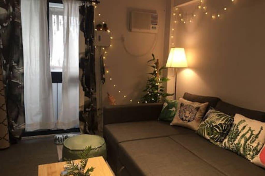 Living room/客廳 開了小燈泡之後 是不是很適合閨蜜好友 一起窩在沙發上 看電影聊天 沙發也可以轉變成沙發床喔